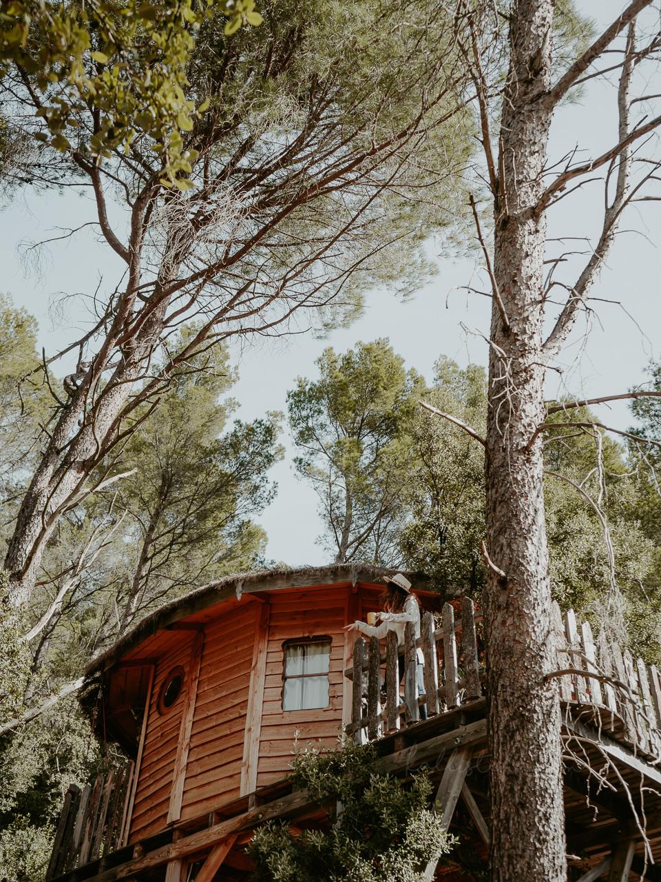 Parenthèse insolite dans le var sur la Côte d'Azur, ou comment dormir dans les arbres, perché en haut d'une cabane en bois ! Dépaysement nature garanti - Kallisteha, voyages et vérités