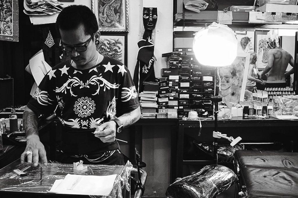 Se faire tatouer au bambou en Thaïlande, prix, conseils, douleurs et bonnes adresses ! Bref tout ce qu'il faut savoir sur ce tatouage traditionnel ! - Kallisteha, voyages et vérités - Instagram @kallisteha